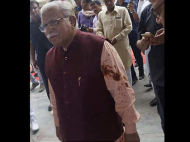 man held for throwing black oil on cm manohar lal khattar in hisar