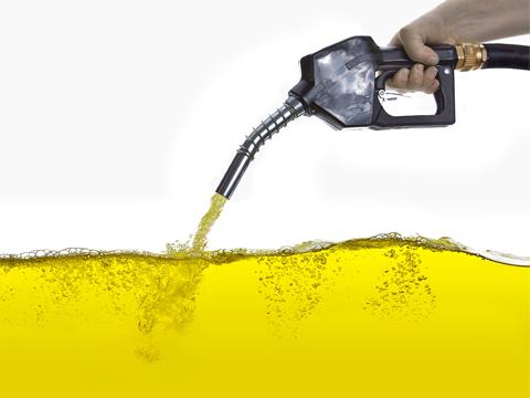पेट्रोल-डीजल: रेट है कम, टैक्स से पड़ रही मार