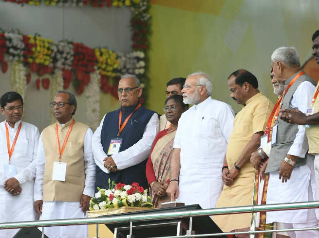 pm asks naamdar congress why 18000 villages remained in darkness even decades after independence