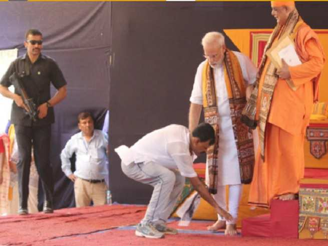 a modi fan breached security in west bengal touched his feet on the stage