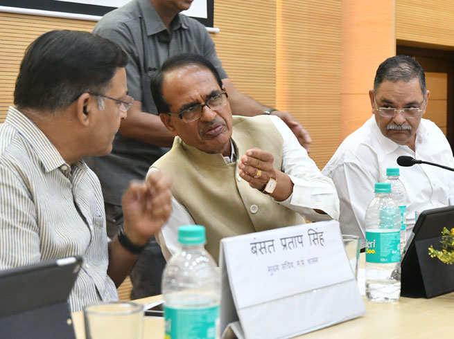 chief minister of madhya pradesh shivraj singh chouhan tries to stop the farmers protest