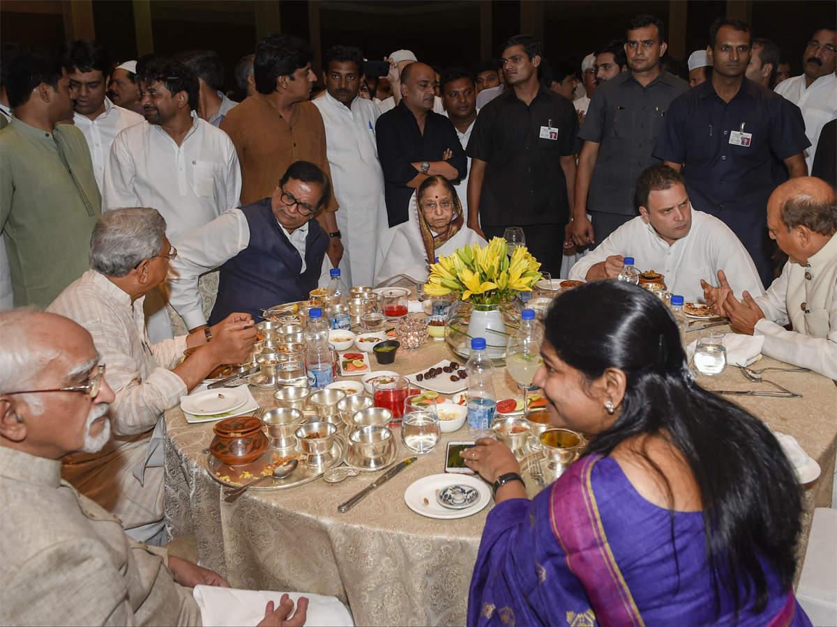 राहुल की इफ्तार पार्टी में शामिल हुए प्रणब मुखर्जी।