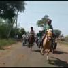 घोड़े से गिरा बच्चा, फिल्मी अंदाज़ में जीती रेस
