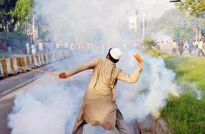 विवादित फिल्म के खिलाफ इस्लामाबाद में हिंसक प्रदर्शन