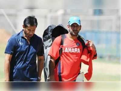 चीफ सिलेक्टर संदीप पाटिल के साथ कैप्टन महेंद्र सिंह धोनी (फाइल फोटो)