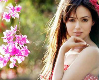 सना 'मेंटल' फिल्म में सलमान के साथ काम कर रही हैं।