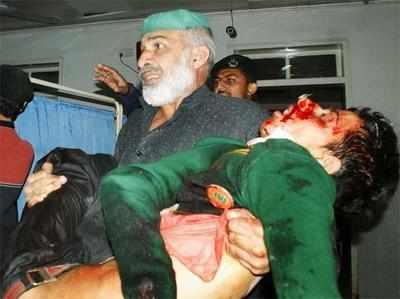 हमले में घायल बच्चे को अस्पताल लाते परिजन।