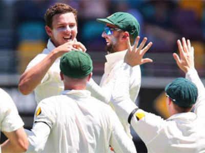 टेस्ट क्रिकेट में पदार्पण करने वाले जोश हेजलवुड ने 68 रन देकर पांच विकेट लिए।