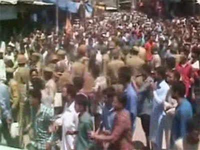 कश्मीर: पुलिस और गिलानी समर्थकों झड़प