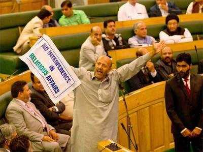 बीफ पार्टी देने वाले MLA राशिद को विधानसभा में मारा थप्पड़