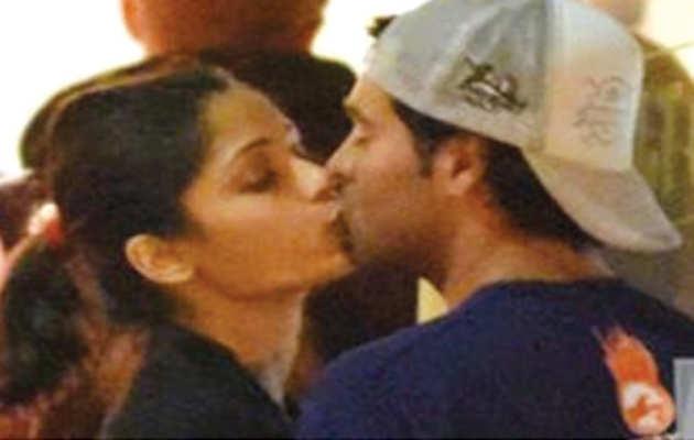 फ्रीडा पिंटो ने सबके सामने किया बॉयफ्रेंड को किस