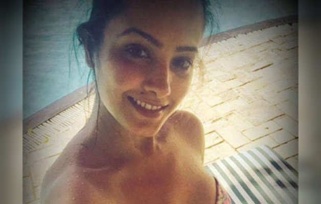 अनीता हसनंदानी ने स्विमिंग सूट में सेल्फी की शेयर