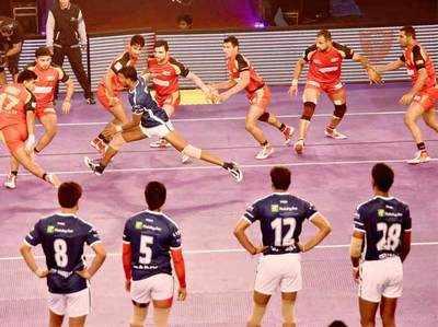 प्रो कबड़्डी: दिल्ली (लाल यूनिफॉर्म) ने बेंगलूरु (काली वर्दी) को हराया