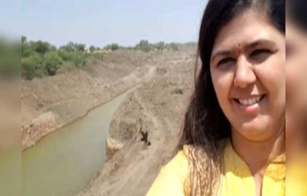 महाराष्ट्र: पंकजा की सेल्फी पर बवाल, जमकर हुई आलोचना