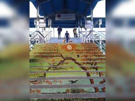 তৈলচিত্রে রঙিন পুরুলিয়া স্টেশনের ওভারব্রিজ