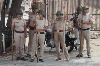 जाट आंदोलन के मद्देनजर गुड़गांव में तैनात पुलिसकर्मी।