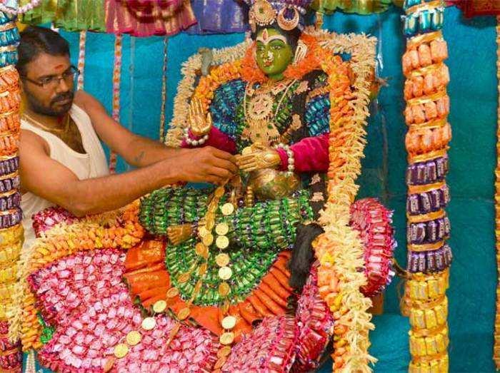 कदमबरन्य में एक लाख चॉकलेट्स से सजाई गईं देवी