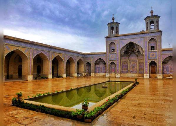 सूरज के साथ सतरंगी हो जाती है यह मस्जिद