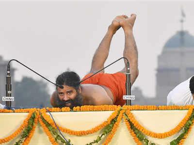 राजपथ पर योगाभ्यास करते बाबा रामदेव।