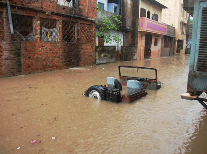 बारिश से एमपी में 15 मौतें, राजनाथ ने शिवराज से की बात