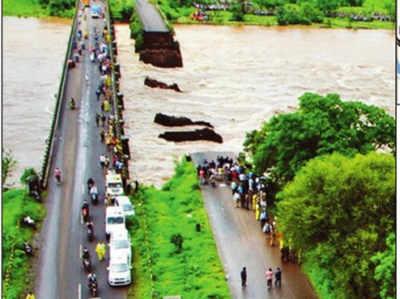 मुंबई-गोवा हाइवे का एक पुल मंगलवार रात को बह गया था