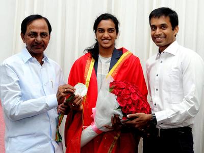 पीवी सिंधु और कोच गोपीचंद के साथ तेलंगाना के मुख्यमंत्री के. चंद्रशेखर राव