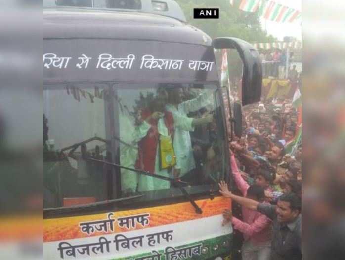 राहुल गांधी ने देवरिया से शुरू की किसान यात्रा, घर-घर जा कर भरवाए मांग पत्र