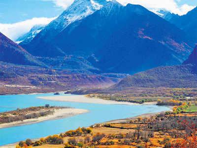 तिब्बत से बहने वाली यारलंग सांगपो। यह ब्रह्मपुत्र नदी का ऊपरी बहाव है।