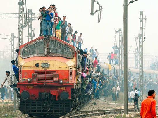 आबकारी सिपाही परीक्षार्थियों का रेला, ट्रेन-टेम्पो सब पर कब्जा कर शहर किया ठप