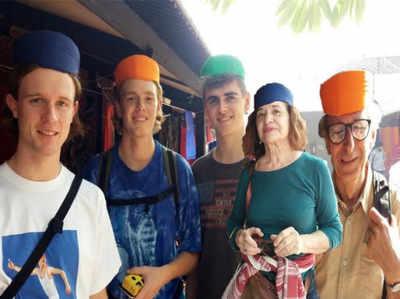 पाग पहने विदेशी पर्यटक