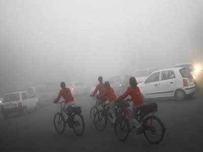 राजधानी दिल्ली में घना कोहरा नजर आया।