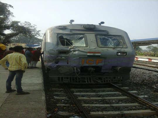 डेमू ट्रेन ट्रक से टकराई, दर्जनभर यात्री घायल