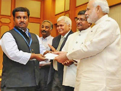 प्रधानमंत्री नरेंद्र मोदी से पुरस्कार लेते हुए राणा भौमिक...