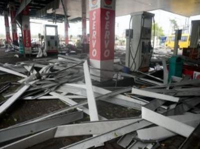 तूफान के कारण चेन्नै में बर्बाद हुआ एक पेट्रोल पंप