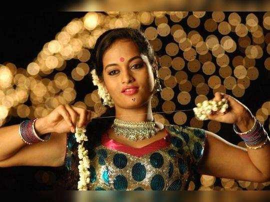 போலீஸ் அதிகாரியாக நடிக்கும் கவர்ச்சி நடிகை சுஜா வருணீ!