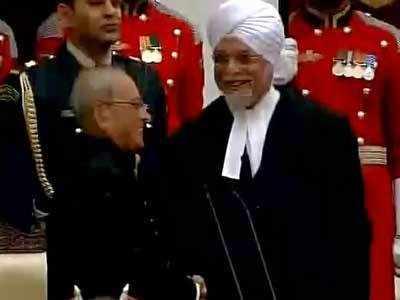जस्टिस खेहर को शुभकामनाएं देते राष्ट्रपति।