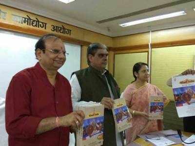 केवीआईसी कैलेंडर पर मोदी की तस्वीर ( @kvicindia से साभार)।