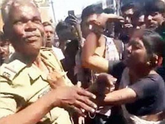 भद्दे प्रस्ताव पर महिला ने नशे में धुत एएसआई को जमकर पीटा, विडियो वायरल