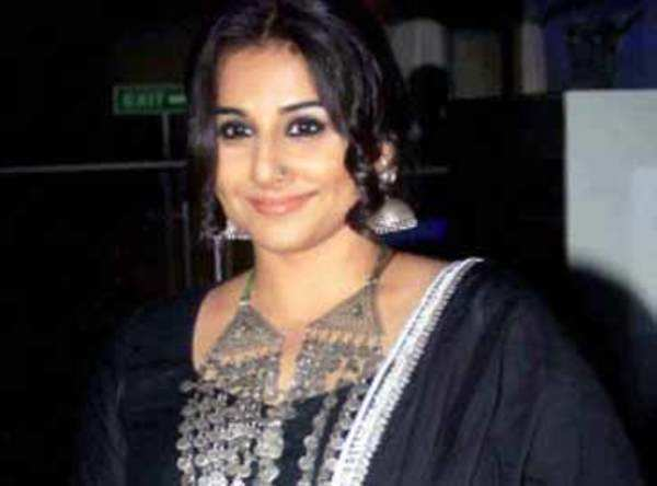 vidya balan harassed by fan at kolkata airport