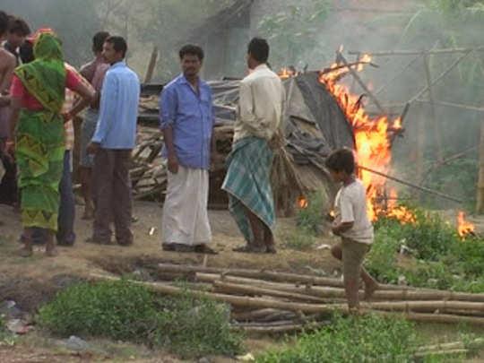 বারুইপুরে বিষমদ খেয়ে মৃত ১০, ক্ষোভে চোলাইয়ের ঠেক জ্বালাল জনতা