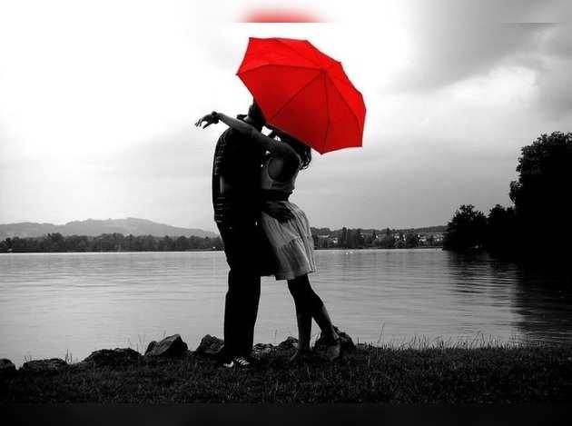Night-time-kissing-couple-under-umbrella