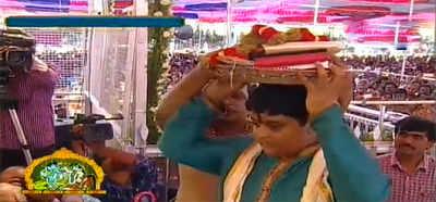 భద్రాద్రి రాముడికి పట్టు వస్త్రాలు సమర్పించిన హిమాన్షు