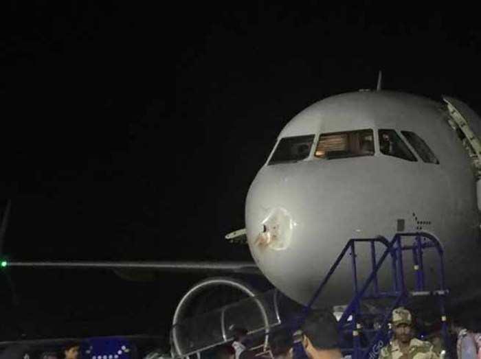 पक्षी से टकराया इंडिगो का विमान, इमर्जेंसी लैंडिंग