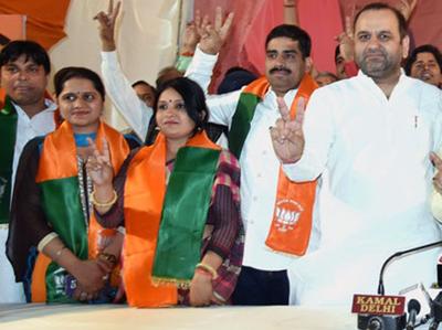 अमृता रश्मि (बायें से दूसरी) को BJP का समर्थन