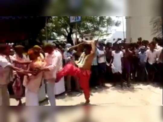 காலால் மிதித்து ஆசி வழங்கும் விசித்திர பூசாரி..!