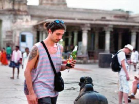 ഹംപിയിലെ വിരൂപാക്ഷ ക്ഷേത്രത്തില് വിദേശ സഞ്ചാരികള് മദ്യപിച്ചു
