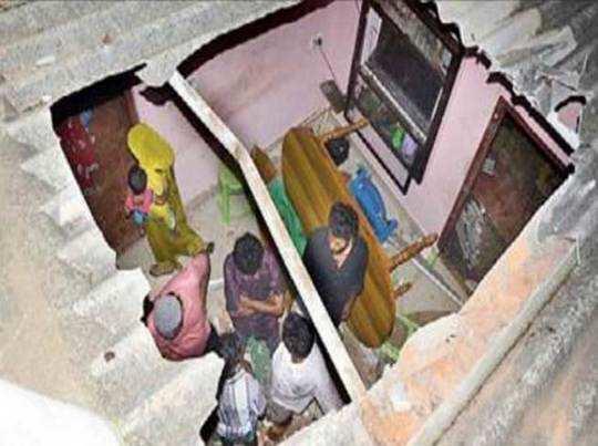 छत फाड़कर घर में गिर गया हाथी का बच्चा, मां ने दरवाजा तोड़ निकाला बाहर