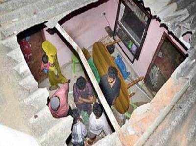 घर का छप्पर फाड़ अंदर गिर आया हाथी का बच्चा