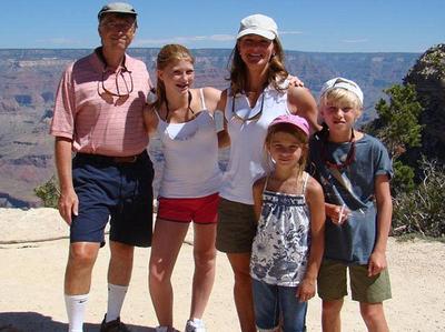 अपने परिवार के साथ बिल और मेलिंडा गेट्स (फाइल फोटो)