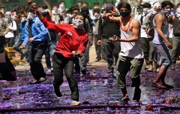 'कश्मीर में पत्थरबाजों को सुरक्षा बलों के खिलाफ एकत्रित कर रहे थे 300 वॉट्सऐप ग्रुप'